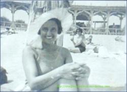 DOAMNA CU PALARIE LA PLAJA 1935