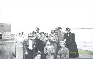 OFITER CU FAMILIA PE MALUL DUNARII