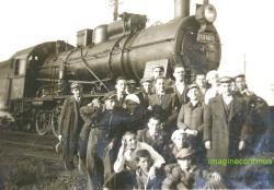 Grup de elevi langa o locomotiva