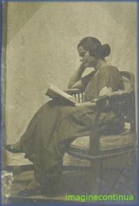 Tanara femeie citind o carte