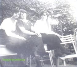 Tinere fete in gradina
