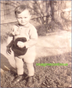 Copil cu palarie pe iarba