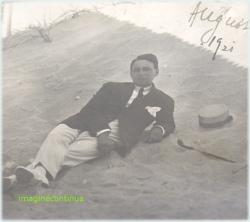 Tanar elegant, cu baston si palarie pe plaja in anul 1921.