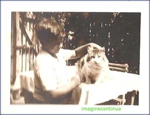 Copil cu pisica in perioada interbelica, circa 1929-1930