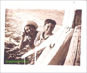 Diamna cu palarie la mare impreuna cu fiul ei, circa 1928-1929