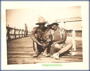 Sot si sotie cu palarii de plaja, circa 1925-1926.