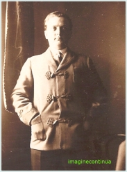Barbat cu mainile in buzunare, circa 1925