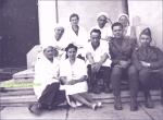 Medici si ofiteri pe treptele spitalului