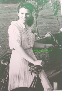 Tanara fata cu bicicleta, circa 1942-1943