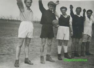 Tineri sportivi salutand inainte de meci