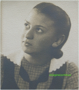 Tanara fata cu guler din dantela, circa 1941-1942