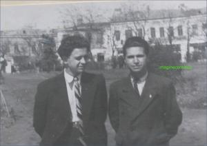 Doi tineri din Braila in parc, circa 1943-1944