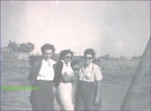 Tinere fete mangaiate de briza Dunarii, circa 1942-1943
