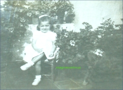 Fetita printre flori, circa 1924-1925