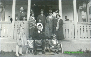 Mic portret de familie la cerdacul unei case, circa 1930