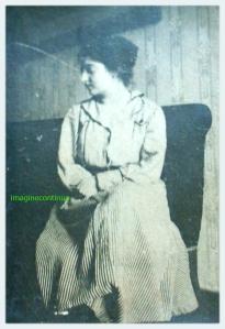Tanara fata ingandurata si melancolica, circa 1915