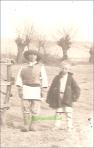 Doi copii de tarani in costum popular, perioada interbelica circa 1938-1939