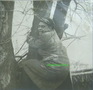Elev cocotat in copac, circa 1941-1942