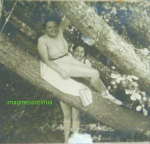 Doua femei pe malul Dunari  in perioada interbelica