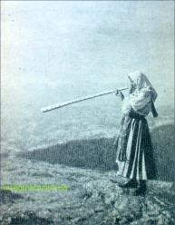 Fata in costul popular si tulnic pe muntele gaina in perioada interbelica