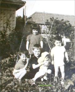 trei baieti si doua fete