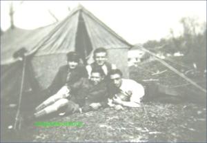 In fata cortului, circa 1938-1939