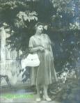 1939(c), doamna din Braila in gradina
