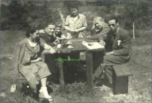 Grup de prieteni la iarba verde, circa 1938-1939.