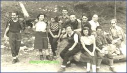 Tineri in drumetie, circa 1945.