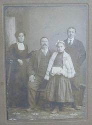 Negustor din Buzau impreuna cu familia in jurul anilor 1900